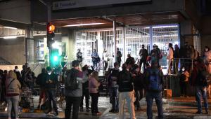Pessoas esperam porões do Metro de São Paulo abrir em dia de greve