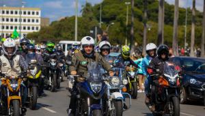 Jair Bolsonaro durante passeio de motocicleta para homenagear o dia da mães, na cidade de Brasília