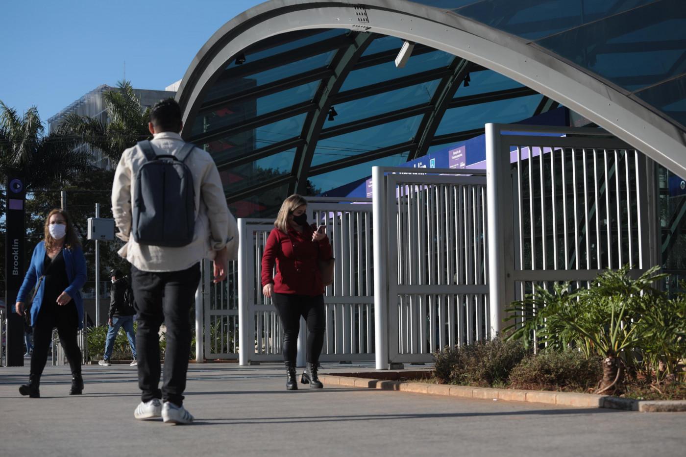 Pessoas caminhando com roupas de frio