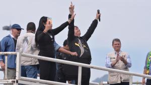 O presidente Jair Bolsonaro, em cima de um carro de som, acena ao público