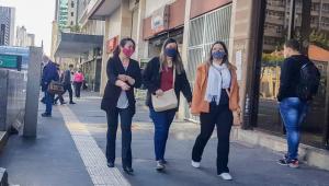 Imagens de pedestres com roupas de frio andando na Avenida Paulista, em São Paulo