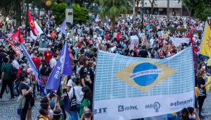Manifestantes protestam contra o governo Bolsonaro em Curitiba
