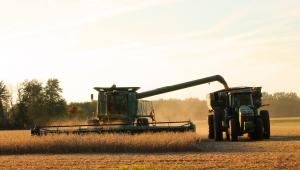 Máquina fazendo colheita de soja