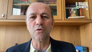 Helder Salomão (calvo, branco, de 55 anos) grava vídeo em que aparece do ombro para cima, com paletó azul marinho e camisa cor de gema