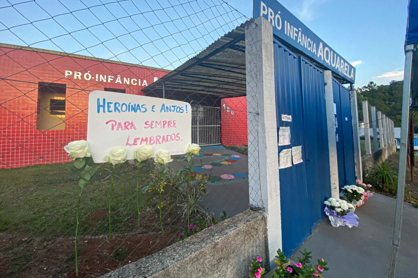 Flores e cartazes são depositadas nesta quarta-feira, 05, em homenagem às vítimas do atentado ocorrido na escola infantil Aquarela, na cidade de Saudades