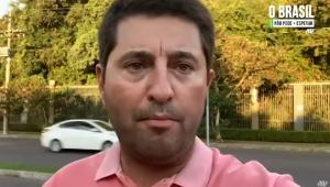 Com pele clara, camisa rosa, barba cerrada e cabelo curto, o deputado Jerônimo Goergen grava vídeo no meio da rua