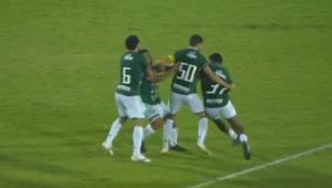 O lateral-esquerdo Bidu e o volante Rodrigo Andrade, ambos do Guarani, trocaram socos durante a partida contra o Novorizontino