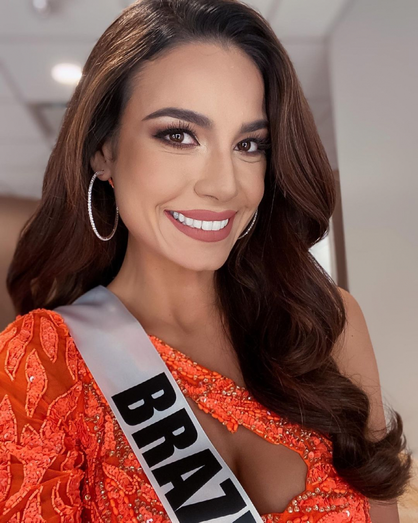 Julia Gama with the Miss Brasil track