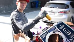 Ex-modelo Loni Willison é fotografada revirando lata de lixo nos EUA