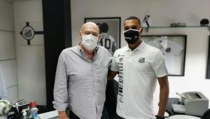 Lucas Braga ao lado do presidente do Santos, Andrés Rueda