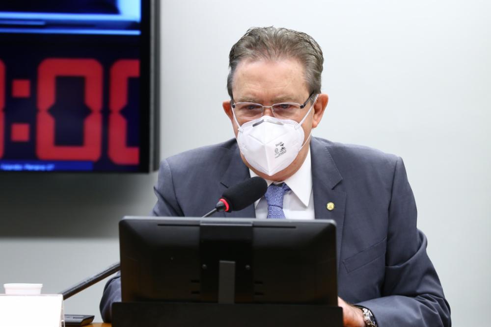 O deputado federal Luciano Ducci em reunião na Câmara