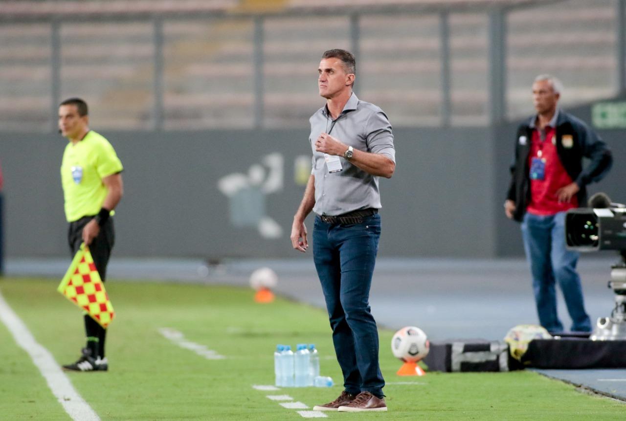 Vagner Mancini observa partida entre Corinthians e Sport Huancayo