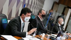 Mandetta sentado ao lado da cúpula da CPI da Covid-19