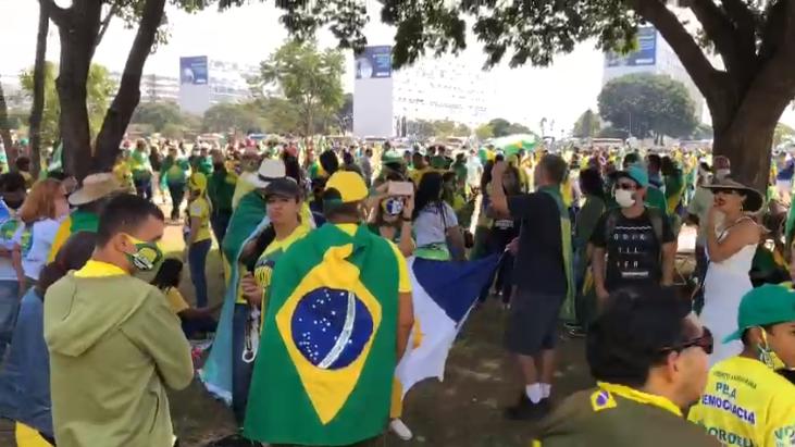 Grupo de apoiadores do presidente Jair Bolsonaro se reúne em Brasília portando bandeiras do Brasil