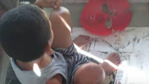 Criança de oito anos em canil