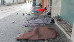 Com cobertores finos, moradores de rua se enfileiram nas ruas de Campinas para se proteger do frio