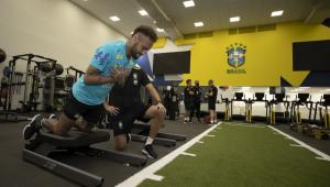Neymar durante treinamento na seleção brasileira