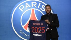 Com o escudo do PSG atrás, Neymar exibe uma camisa do clube com númer 2025, que alude à sua renovação