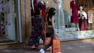 Mulheres carregam sacolas de compras enquanto andam pelas ruas de Belo Horizonte