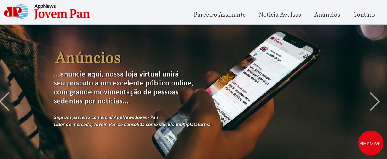 Pessoa mexendo em um celular com o aplicativo do Jovem Pan news aberto. A imagem mostra uma mão e várias notícias na tela do celular.