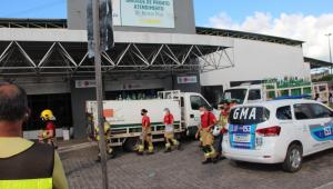 Caminhão do Corpo de Bombeiros e carro da Guarda Municipal em frente ao Hospital Nestor Piva, em Aracaju