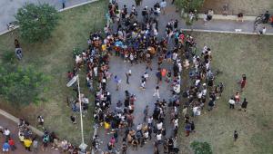 Aglomeração durante o dia na Praça Roosevelt em meio à pandemia