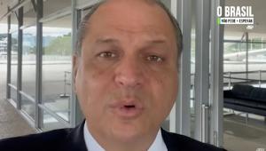 O deputado Ricardo Barros(um homem calvo com o rosto redondo) grava vídeo no formato selfie