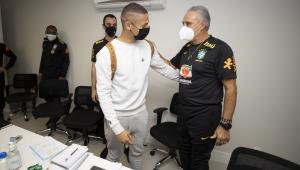 Richarlison e Tite durante apresentação à seleção brasileira