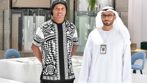 Ronaldinho Gaúcho jogou ping-pongo com alguns Sheiks nos Emirados Árabes
