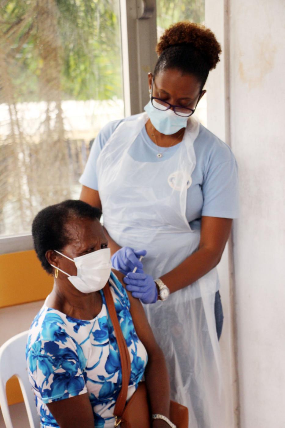 Pessoa recebendo vacina
