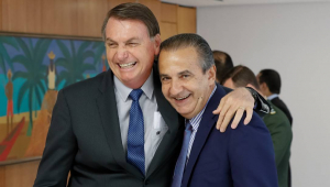 Jair Bolsonaro abraçado com Silas Malafaia