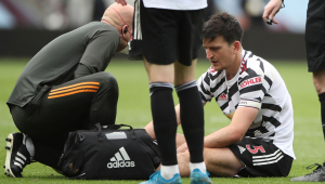 Harry Maguire é atendido no campo ao sentir lesão