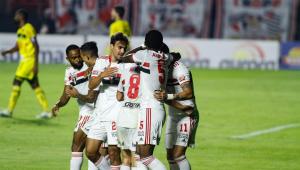 Jogadores do São Paulo comemorando gol contra o Mirassol