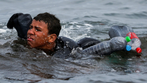 jovem marroquino preso a garrafas plásticas