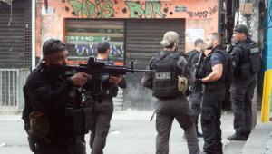 Imagens policiais entrando na favela do Jacarezinho