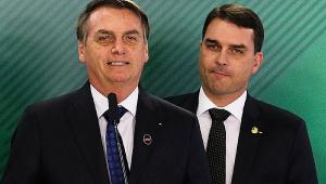 Bolsonaro ao lado do filho Flávio