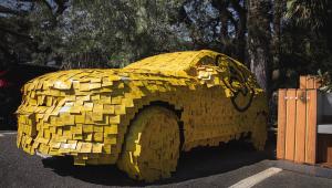 Carro da Volvo estacionado em vaga no Parque do Ibirapuera e todo coberto por post-its amarelos com mensagens que ressaltam a segurança (mas não estão legíveis na fotografia)