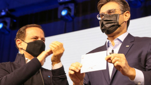 Rodrigo Garcia posa para foto mostrando filiação ao PSDB