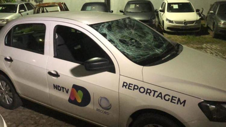 Carro da Record TV com o vidro quebrado