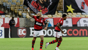Jogador Gabigol comemorando seu gol no campo