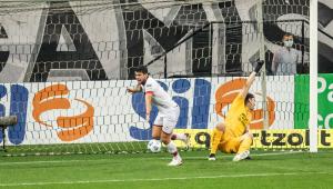 Atacante do Atlético-GO comemora gol marcado contra Corinthians