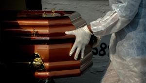 Funcionário coloca caixão de vítima da Covid-19 dentro de gaveta em cemitério