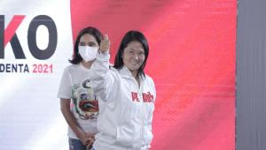 Candidata à presidência do Peru, Keiko Fujimori fazendo sinal positivo após votar