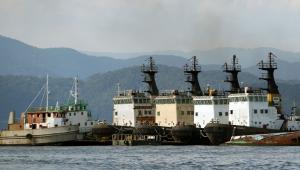 Vista de barcas e navios no Porto de Santos, no Litoral Sul de São Paulo.