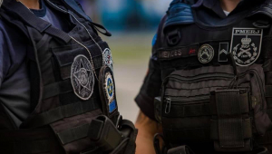 Dois agentes com fardas da Polícia Civil do Estado do Rio de Janeiro