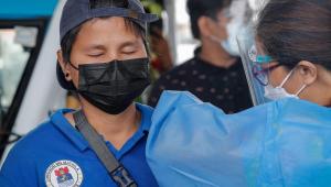 pessoa sendo vacinada nas filipinas