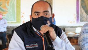 Prefeito Zapotlán de Juárez, Hidalgo, no México, Manuel Aguilar García com microfone na mão