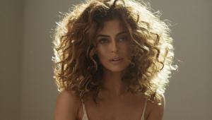 Juliana Paes exibe cabelos longos e cacheados em foto na contraluz