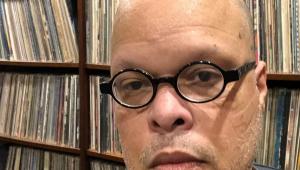 Cantor Ed Motta usando óculos preto e sem barba