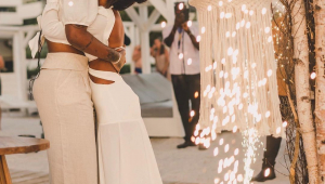 Ludmilla e Brunna Gonçalves abraçadas após renovação de votos no Caribe